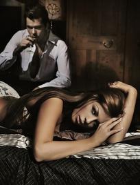 卧室中的一对外国情侣