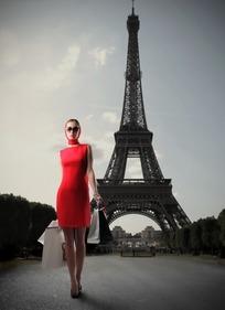 站在巴黎铁塔前的红衣女子