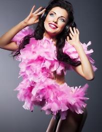 带着耳机听歌穿着粉色羽毛衣服的性感女郎