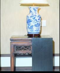 中式柜子上花草图案的青花瓷器