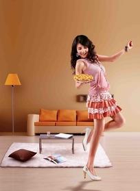 端着盘子舞蹈的美女