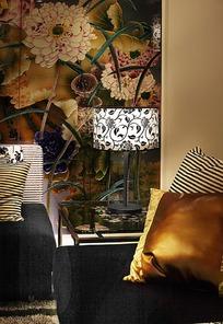 精美花纹墙壁和黑色沙发上的金色抱枕