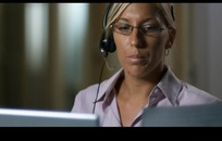 办公职业场景 戴着耳机话筒在工作的外国女性客服