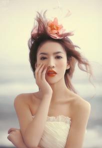 穿灰色玫瑰礼服的飘发美女图片