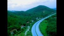 自然风光视频 绿色田园草地村庄的公路