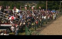 赛马骑马视频 赛马场围栏外的看众人群