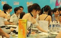 游戏展工桌台戴着眼镜的露肩抹胸性感美女