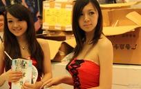 游戏展抹胸露肩的两个长发香艳美女