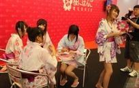 游戏展签发传单的和服短裙美女