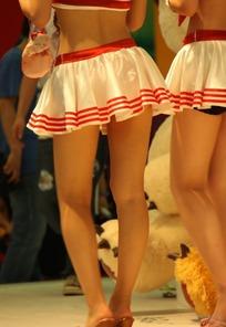 游戏展水手服超短裙美女的双腿特写