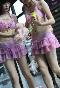 游戏展穿着粉红比坚尼拿着饮料的超短裙美女