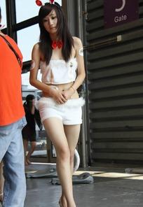 游戏展抹胸超短裤露脐服饰的长发兔女郎
