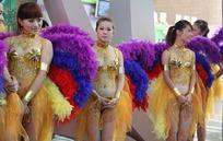 穿金色裙子带彩色羽毛翅膀的美女们
