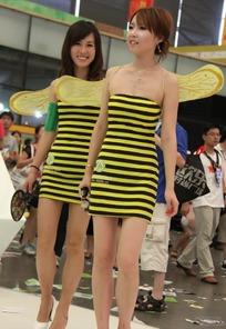 展会模特-背着黄色翅膀的短裙美女