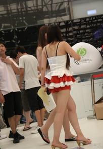展会模特-移动手机游戏前的短裙美女背影