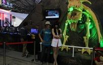 游戏展怪兽骨头前和短裙美女合照的男游客