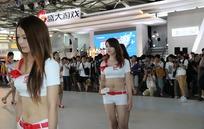 游戏展巡回走秀的露脐超短裤性感美女
