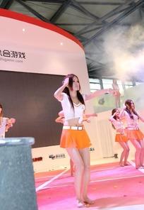 手足舞蹈开心表演的一群游戏美女