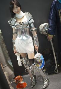 游戏展穿着一身银色盔甲的短裙美女