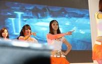 在台上表演的一群游戏美女