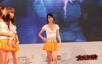 展会模特-舞台上摆着pose的短裙美女
