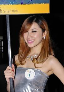 jinshen_拿广告牌银色紧身裙的游戏美女