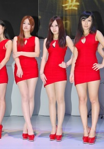 游戏展舞台上红色露胸超短连身裙的美女
