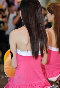 游戏展抹胸露背连衣裙的长发美女背部