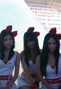 长发红色蝴蝶结的一群游戏美女