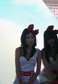 系着红色蝴蝶结的一群游戏美女