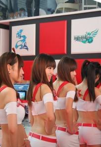 游戏展一群叉着腰性感露背的美女背影