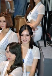 展会模特-一群坐着白色上衣的性感美女