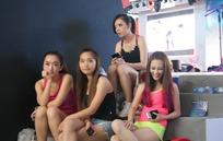 坐在台阶一群游戏美女