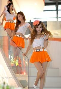拨动头发叉腰的橙色短裙一群美女