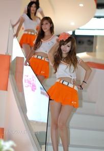 叉腰手扶楼梯的橙色短裙一群美女