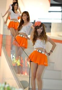 手扶楼梯叉腰的橙色短裙一群美女