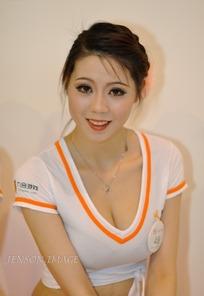 微笑露出丰满胸部的网游美女