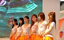 舞台手放前面的一群网游美女