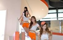 下楼梯的一群橙色短裙美女