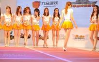 一群开心的橙色短裙的游戏美女
