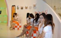 一群聊天的橙色短裙游戏美女