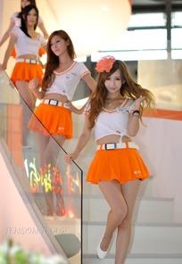 走下楼梯扭腰的橙色短裙一群美女