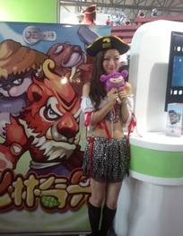 拿着小玩偶站在展台旁边的美女