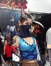 游戏展长着龙角露胸蒙面的性感女武士美女