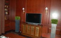 中式电视柜上的电视和陈列架上的相框