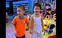 超市购物视频 手牵手逛超市儿童玩具区的小孩子