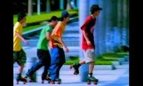 青春男女视频 街道上滚轴溜冰鞋的一帮年轻男孩