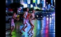 青春男女视频 夜幕五光十色的街道的三个快乐女孩