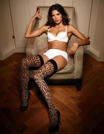 穿白内衣豹纹丝袜坐在沙发里的外国美女