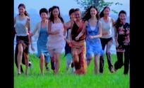 女性视频 草地上挥手向前奔跑的一群美女